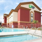 Holiday Inn Express & Suites Yosemite Pk Chowchilla exterior and swimming pool